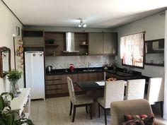 Cozinha em MDF madeirado com portas de alumínios, perfil puxador bronze e eletros.