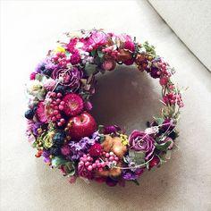A-symetrical Wreath ~ Lovely Corona Floral, Christmas Wreaths, Christmas Decorations, Fleur Design, Wreaths And Garlands, How To Preserve Flowers, Summer Wreath, Diy Wreath, Ikebana