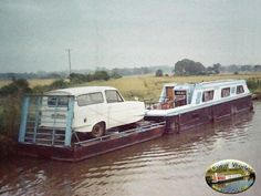 car loaded onto pontoon - hubby asked how we could have a car with a narrowboat! Canal Boats England, Trailerable Houseboats, Canal Boat Interior, Barge Boat, Narrowboat Interiors, Dutch Barge, Living On A Boat, Floating Dock, Boat Storage