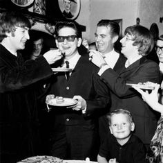 That's Roy being fed cake by John Lennon & Ringo Starr of The Beatles! Ringo Starr, John Lennon, Roy Orbison, Power Metal, Beatles Poster, The Beatles, Rare Pictures, Rare Photos, Man Of Mystery