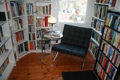 E essa salinha tem toneladas de livros ao alcance da mão.   17 ambientes lindos para almas que amam os livros