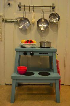 I anledning af, at den her idé er med i månedens Magasinet MOR, så tænkte jeg, at det måske var på sin plads med en re-post. Så. Hvis du har et barn, en skammel og et lillebitte køkken er her en idé til legekøkken med flere funktioner: Hvis du som os ikke har alverdens plads i køkkenet....