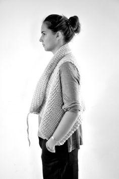 gilet sans manche en laine gris clair - NOT LAB (NEW), blouse ouverte en jersey rayures claires - LE VESTIAIRE DE JEANNE (NEW), pantalon large en lainage noir - LE VESTIAIRE DE JEANNE