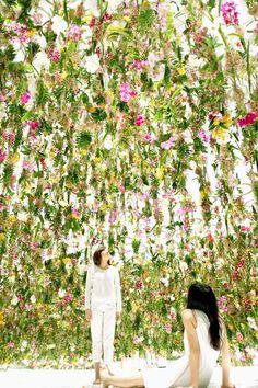 """坂井直樹の""""デザインの深読み"""": チームラボの新作は鑑賞者が、花の中に埋没し庭と一体化し、無数の生きた花々が、空間に埋め尽くされ浮遊する庭園。"""