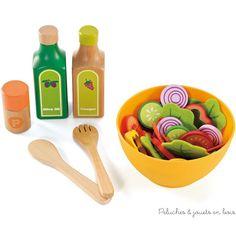 Idéal pour jouer à la dinette & faire apprecier cuisine & légumes frais aux enfants en jouant à créer une salade composée à partir des légumes du jardin collection Playfully Delicious de dinette & cuisine en bois signée Hape
