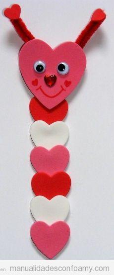 Manualidad de foamy para San Valentín, gusanito hecho con corazones