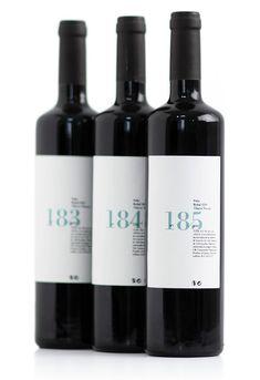 Impresa en @etygraf, cada etiqueta es diferente, impresión correlativa en offset digital más golpe en seco. Pelio, etiqueta de vino por Ibán Ramón + Dídac Ballester estudio