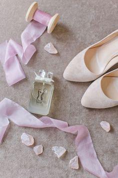 Утро невесты в нежных пастельных тонах, духи, ленты, туфли невесты, лепестки роз