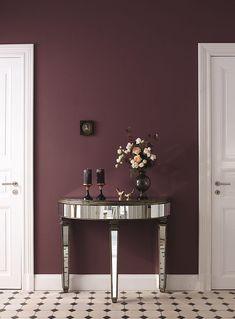 Mit opulenten Violettnuancen wird der Eingangsbereich zum schicken Entré.