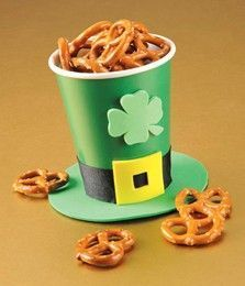 DIY Leprechaun Hat Table Decoration another St. Patricks Day favor that w DIY Leprechaun Hat Table Decoration another St. Patricks Day favor that w St Patrick Day Treats, St Patrick Day Activities, March Crafts, St Patrick's Day Crafts, Food Crafts, St Patrick's Day Decorations, Decoration Table, Deco St Patrick, San Patrick