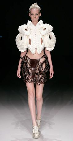 Fashion designer Iris van Herpen collaborated with New York company .MGX by Materialise and artist Daniel Widrig to create 3D printed clothes. Avante Garde as fuq.