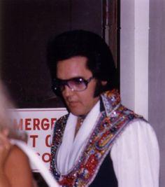 1975 7 19 Elvis au départ de l'hôtel Hilton Garden pour le 1ér show