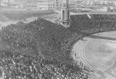 La inauguración oficial del estadio recogió un partido histórico entre el Deportivo y el Valencia. En mayo de 1945, Riazor se convertiría en internacional al celebrar un España-Portugal en su interior. Real Madrid, School Football, Old School, City Photo, Spanish, Around The Worlds, Outdoor, Valencia, Antiques