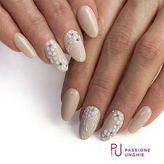 Fiorellini delicati con #geluv F01 #PureWhite ed #effettozucchero con polvere glitter #SugarDream. #Gelcolor C49 #Nocciola e Swarovski #AuroreBoreale. Struttura realizzata con #CreamyBuilder. #nail #nails #magicnails #gelnails #beige #primavera #spring #swarovski #swarovskicrystals #swarovskielement #nailart #nailsdid #naildesign #instanails #nailstagram #nailstyle #uñasdecoradas #uñas#nailsaddict #uñasengel #passioneunghieofficial