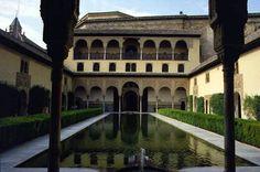 """Éste es el Patio de los Arrayanes, visto desde su pórtico. El mismo es uno de los varios que tiene la Alhambra de Granada. Arrayán proviene del árabe """"ar-raihan"""", que es un arbusto oloroso de la familia del mirto."""