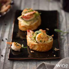 Uma entrada versátil, leve e saborosa! Bruschettas de brie, figo e camarão com ervas. #wine #vinho #entrada #prato #petisco