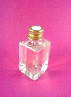garrafinha de vidro de 30ml com tampa furada ou fechada <br>dourada ou prata <br> <br>Valor para pacote com 20 unidades <br> <br> <br> <br>Também vendemos mini terço, confetti, rótulos, saquinhos, fitas, lacinhos, hidratante, sabonete liquido, aromatizador, álcool gel e tags, <br>Assim poderá montar sua lembrancinha completa. <br> <br>Pronta entrega após pedido definido.