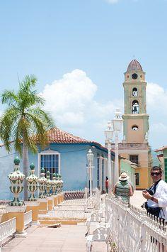 Trinidad. Trinidad es una isla del mar Caribe, la mayor del Estado Trinidad y Tobago y de las Antillas Menores. Está situada aproximadamente a una decena de kilómetros de distancia de la costa oriental de Venezuela. La capital de la isla y del país es Puerto España, situado en el noroeste, en el golfo de Paria. La segunda ciudad más importante, San Fernando, se encuentra situada en el suroeste.