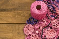 El producto es hecho a mano, ganchillo — Imagen de stock Crochet Necklace, Stock Photos, Handmade, Wood Boards, Wool Yarn, Hand Made, Crocheting, Dots, Illustrations