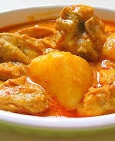 The chicken curry is typical of Indonesian cuisine menu that consists of a blend of chicken broth, spices that were given coconut milk. Creating the image of a very special flavor with a strong aroma of chicken will increase appetite Malaysian Cuisine, Malaysian Food, Malaysian Recipes, Curry Recipes, Asian Recipes, Asian Foods, Malaysian Chicken Curry, Kari Ayam, Curry Chicken And Rice