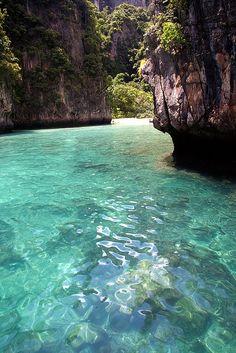 Aguas cristalinas en las Islas Phi Phi, #Tailandia. Paraísos que nos esperan. ¡No dejes de #viajar!