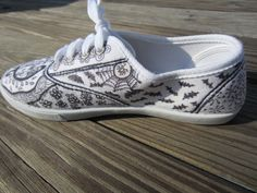 I gave my Zentangle shoes an autumn touch. I made butterflies and bats on this side of the shoe.