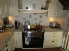 Witte landelijk klassieke keuken met schuine kasten, fornuis, houten ...
