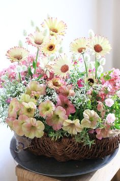 Small Flower Arrangements, Ikebana Flower Arrangement, Beautiful Flowers Pictures, Beautiful Roses, Container Flowers, Color Rosa, Fresh Flowers, Artificial Flowers, Watercolor Flowers