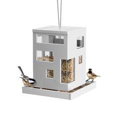 Umbran tyylikäs muovinen lintulauta Bird Cafe. Lintulauta on säänkestävä ja ikkunoista näkee helposti milloin se vaatii täyttöä. Lintulaudan katto on irroitettava, joten täyttö onnistuu helposti. Pohjassa olevien reikien ansiosta sadevesi pääsee valumaan pois. Lintulaudan mitat ovat 19 x 17,8 x 17,8 cm.Design Teddy Luong ja Dennis Cheng