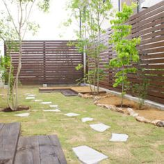 27 Cheap DIY Fence Ideas for Your Garden, Privacy, or Perimeter Compound Wall, Diy Fence, Fence Ideas, Modern Fence, Outdoor Furniture Sets, Outdoor Decor, Stepping Stones, Bungalow, Deck