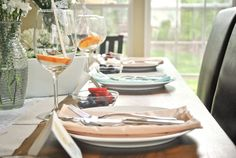 alternating napkins in peach and light blue