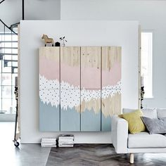 Kilde: @ikeataastrup ↓ Bom! Prøv lige at se et helt igennem eminent IKEA-hack! Jeg er dybt fascineret. Det ser ud til, at jeg endelig har fundet de skabe, jeg skal have hængende på væggen i stuen under TV'et. YES! Selvom det ser fantastisk ud i en malet udgave, så nøjes jeg med et helt rå....