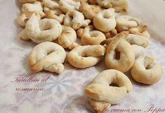 I tarallini al rosmarino sono gustosi e friabili. Ideali da inserire in un buffet. Ricetta semplicissima e veloce. Ottimi stuzzichini da servire agli amici.
