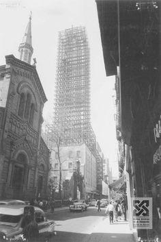La Torre Latinoamericana en construcción y Templo Expiatorio Nacional de San Felipe de Jesús, Calle Madero, Centro Año 1950.