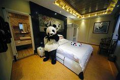 (180) Un empleado vestido con un traje de oso panda posa para una foto durante la apertura de un hotel con la temática de osos panda a los pies de la montaña de Emei en el suroeste de China. Según los medios locales, este es el primer hotel-panda del mundo.
