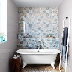 Une baignoire sur pied, la pièce centrale de la petite salle de bains rétro