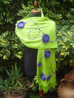 TELAR.Chal tejido en telar con aplicaciones de flores de voile y cintas.