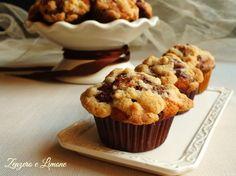 Una ricetta davvero molto invitante! Dei morbidissimi muffins variegati al cioccolato e ricoperti da un goloso crumble che li rende irresistibili!