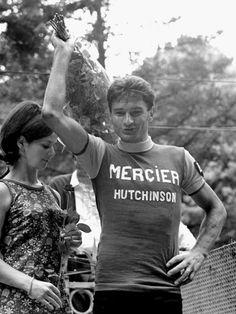 1966 15/7 rit 14b Vals-les-Bains > Pour sa victoire, lors de l'étape contre la montre 20 km, Raymond Poulidor reçoit un bouquet de roses de l'hôtesse. Mais euphorique, il ne prête pas attention à la belle postée derrière lui