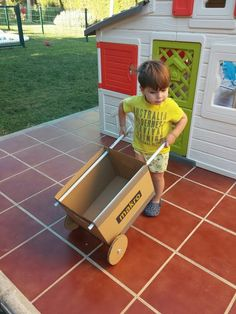 DIY Cardboard wheelbarrow for kids to play in the garden. Cardboard Box Crafts, Cardboard Furniture, Cardboard Crafts, Cardboard Playhouse, Cardboard Box Ideas For Kids, Projects For Kids, Diy For Kids, Crafts For Kids, Diy Projects