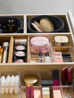 para un baño en orden Organizador maquillajeOrganizador maquillaje Bedroom Organisation, Bathroom Closet Organization, Makeup Drawer Organization, Home Decor Furniture, Home Decor Bedroom, Room Decor, Makeup Vanity Decor, Rangement Makeup, Bathroom Design Luxury