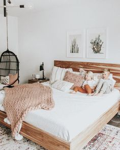 Trend: een houten bed in je slaapkamer Trend: a wooden bed in your bedroom A botanical look and living items made of natural materials are. Vintage Bedroom Decor, Home Decor Bedroom, Modern Bedroom, Bedroom Furniture, Vintage Bedrooms, Bedroom Neutral, Bedroom Classic, Furniture Logo, Bedroom Art