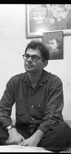 Allen Ginsberg (1926-1997), poète américain, devant un portrait d'Arthur Rimbaud