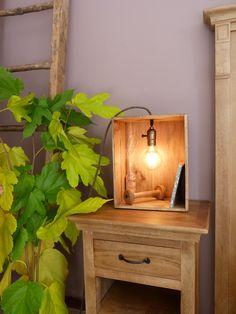 Lampade creative con cassette di legno!17 idee… Lasciatevi ispirare! Lampade creative con cassette di legno. Ecco per Voi oggi una piccola selezione di 17 idee… L'articolo Lampade creative con cassette di legno! 17 idee… Lasciatevi ispirare! proviene da Ideadesigncasa.org. Wooden Wine Crates, Deco Restaurant, Deco Luminaire, Wood Lamps, Home Staging, Sweet Home, Diy Projects, Lights, Interior