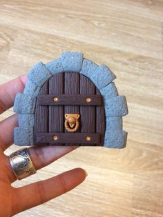 Home sweet gnome fairydoor Porte de fée en pâte fimo par Frederic Braie Frederic, Fairy Doors, Wood Watch, Gnomes, Sweet Home, Creations, Fairy Jars, Fairy Houses, Puertas