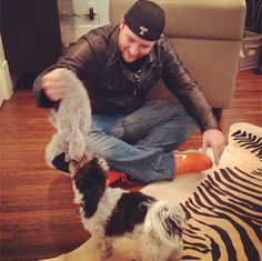 Chris enjoying some down time :) He is such a kid! Country Singers, Country Music, Chris Young Music, Alan Young, Angel Man, Love To Meet, Dream Guy, Music Lovers, Celebrity Crush