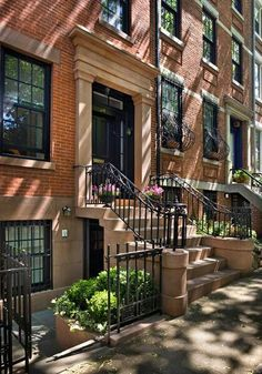 I stumbled across this incredible Brooklyn Heights Greek Revival via CWB Architects . This project entailed a complete structural and m. Brownstone Homes, New York Brownstone, Brooklyn Brownstone, Townhouse, Brooklyn House, Brooklyn Apartment, Brooklyn Baby, Apartamento New York, Architecture Design