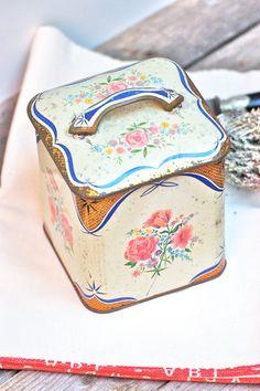 French vintage tin box Frenchvintagecharm par Frenchvintagecharm