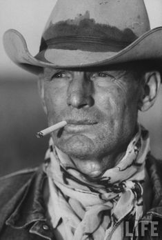>< Leonard McCombe, Portrait of Texas Cowboy C H Long aka Malboro Man, 1949 Marlboro Cowboy, Marlboro Man, Cowboys And Angels, Cowboys And Indians, Malboro, Ranger, Cowboy Photography, Old West Photos, Texas Cowboys