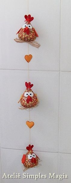 Com certeza essas galinhas vão deixar sua cozinha mais alegre! Podem ser feitas individualmente, para colocar em qualquer cantinh... Felt Crafts, Easter Crafts, Fabric Crafts, Diy And Crafts, Felt Christmas Ornaments, Christmas Crafts, Chicken Quilt, Unique Garden Decor, Chicken Crafts